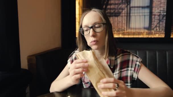 Dívka je jíst chutné šťavnaté kuřecí Döner, baví