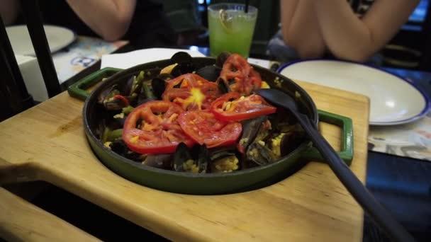 traditionelle spanische Paella mit Meeresfrüchten und Gemüse in der Pfanne.