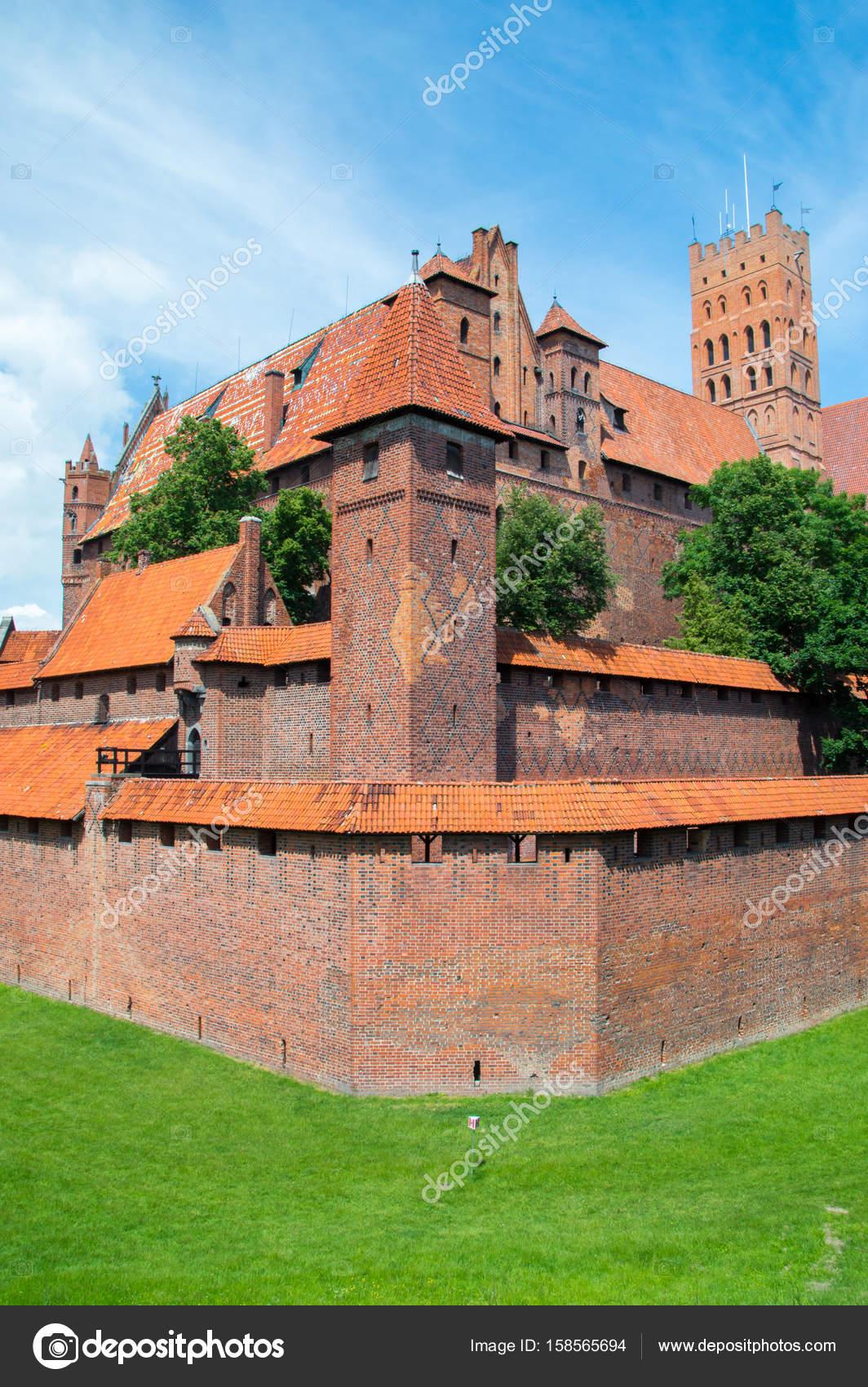 hög av slottet av tyska orden i malbork, polen. malbork castle är