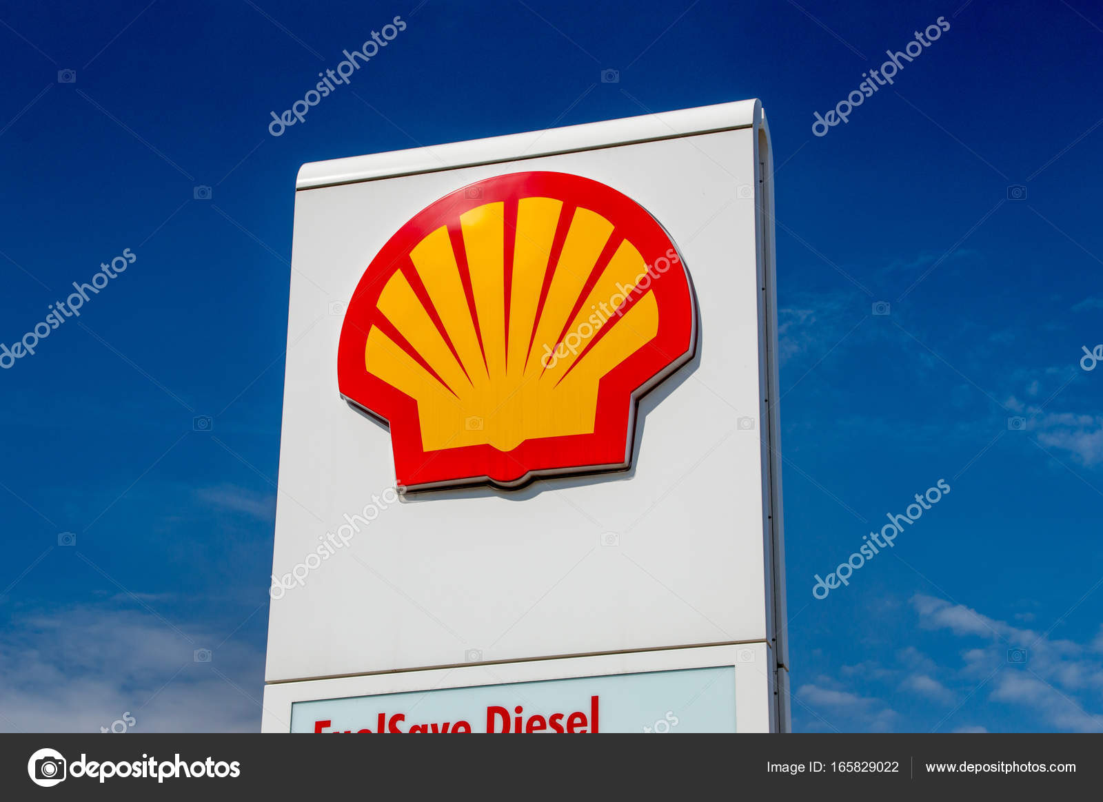 Gdansk Poland August 16 2017 Shell Logo On Gas Station Stock