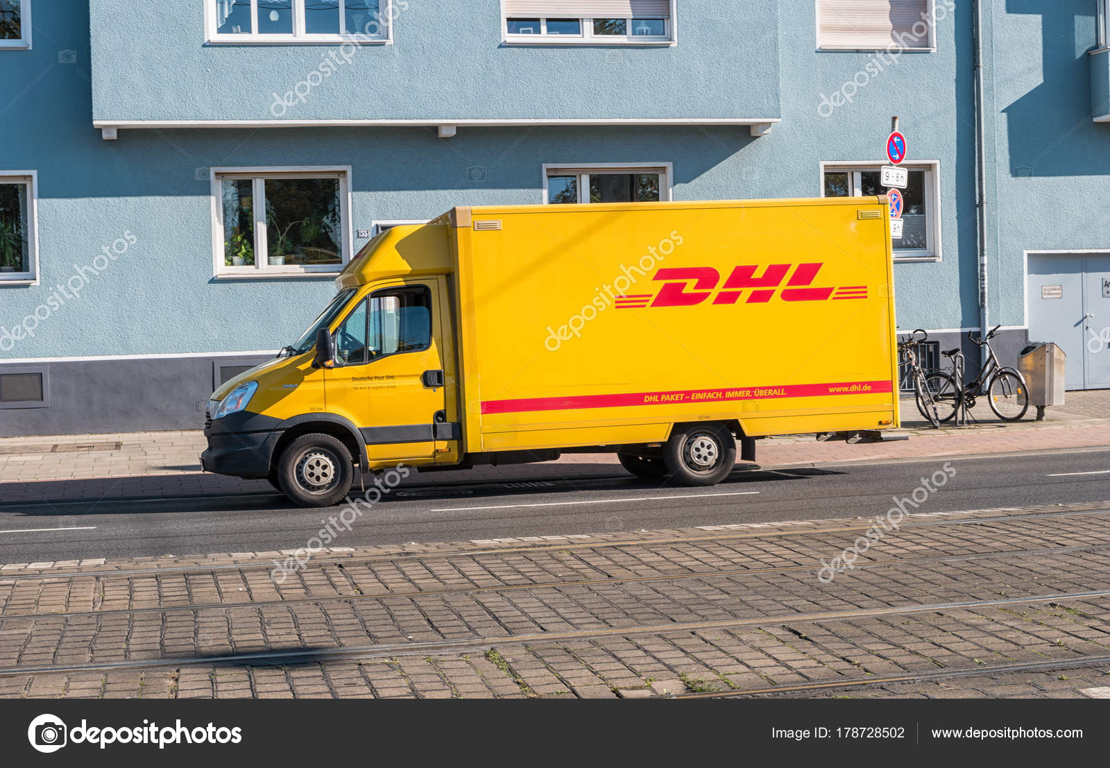 gelbe dhl paket lieferwagen auf der stra e geparkt redaktionelles stockfoto rclassenlayouts. Black Bedroom Furniture Sets. Home Design Ideas
