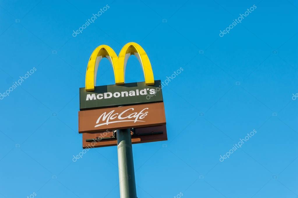 Señal De Localización: Señal De Ubicación De McDonald's Contra El Cielo Azul