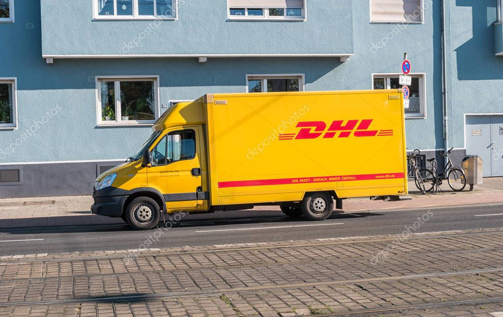 gelbe dhl paket lieferwagen auf der stra e geparkt. Black Bedroom Furniture Sets. Home Design Ideas