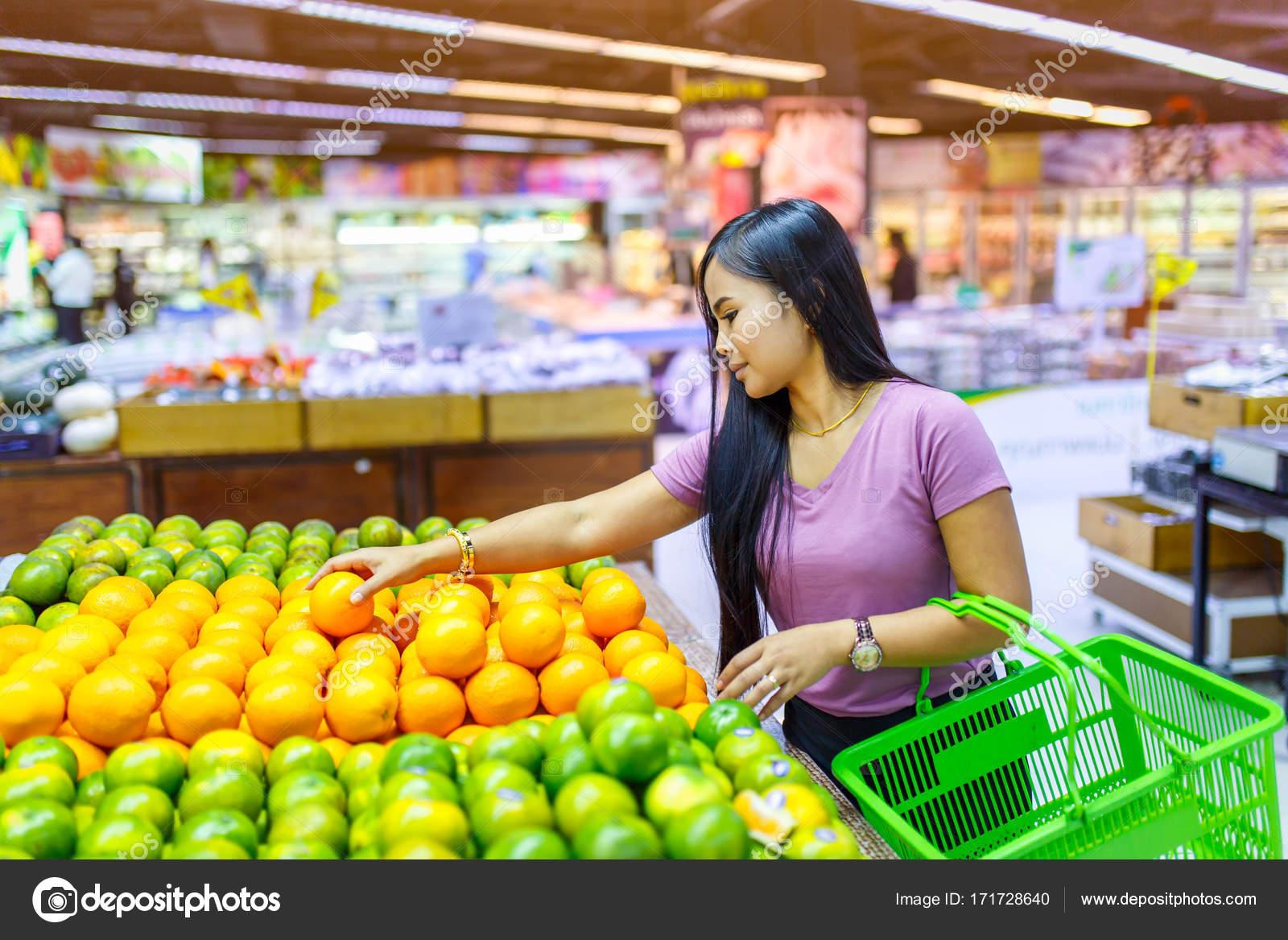 Las mujeres asiáticas bellas compras verduras y frutas en el supermercado —  Foto de Stock 9de4a1f34e75