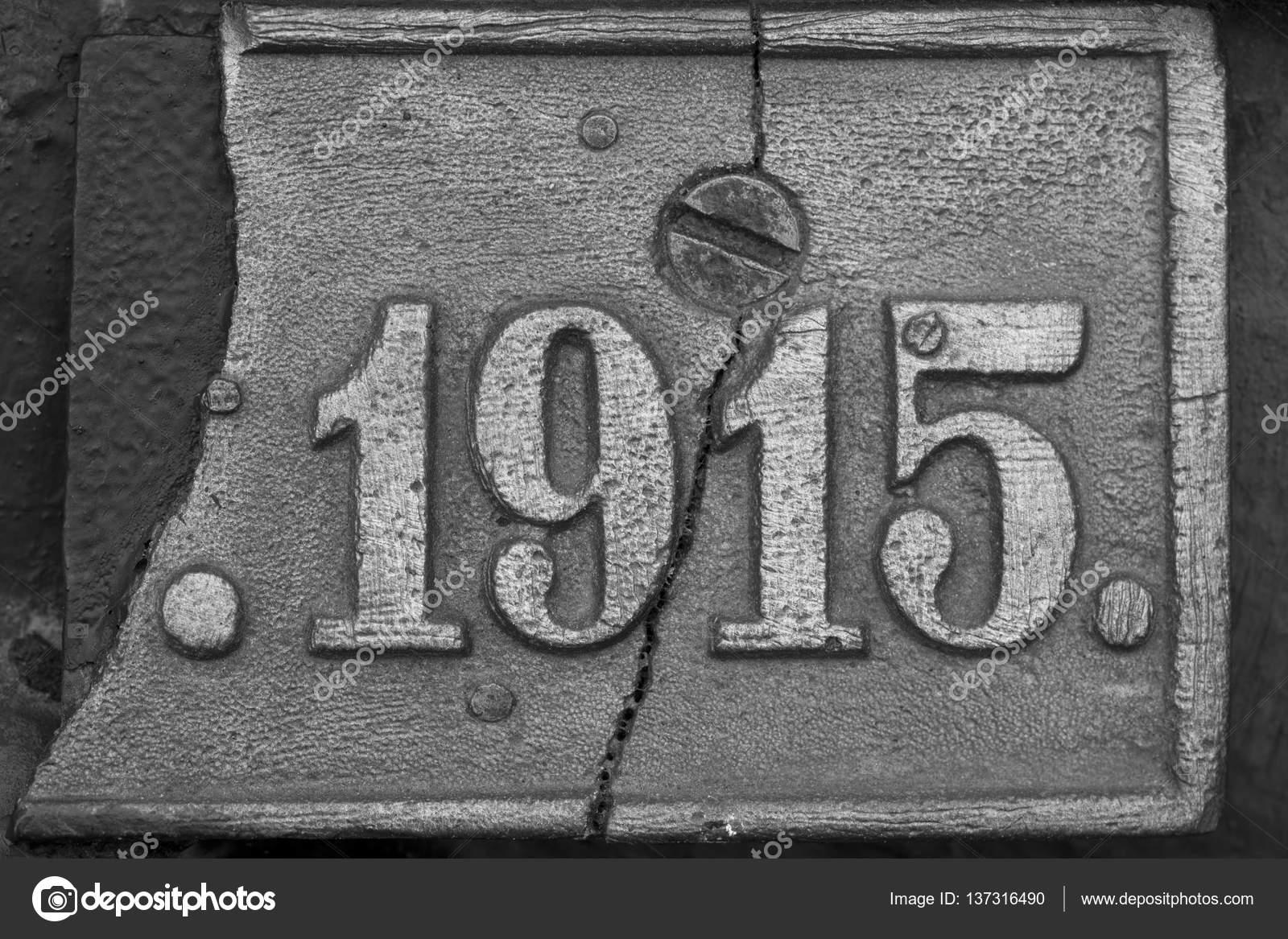 Старая стальная табличка с номером 1915 — стоковое фото
