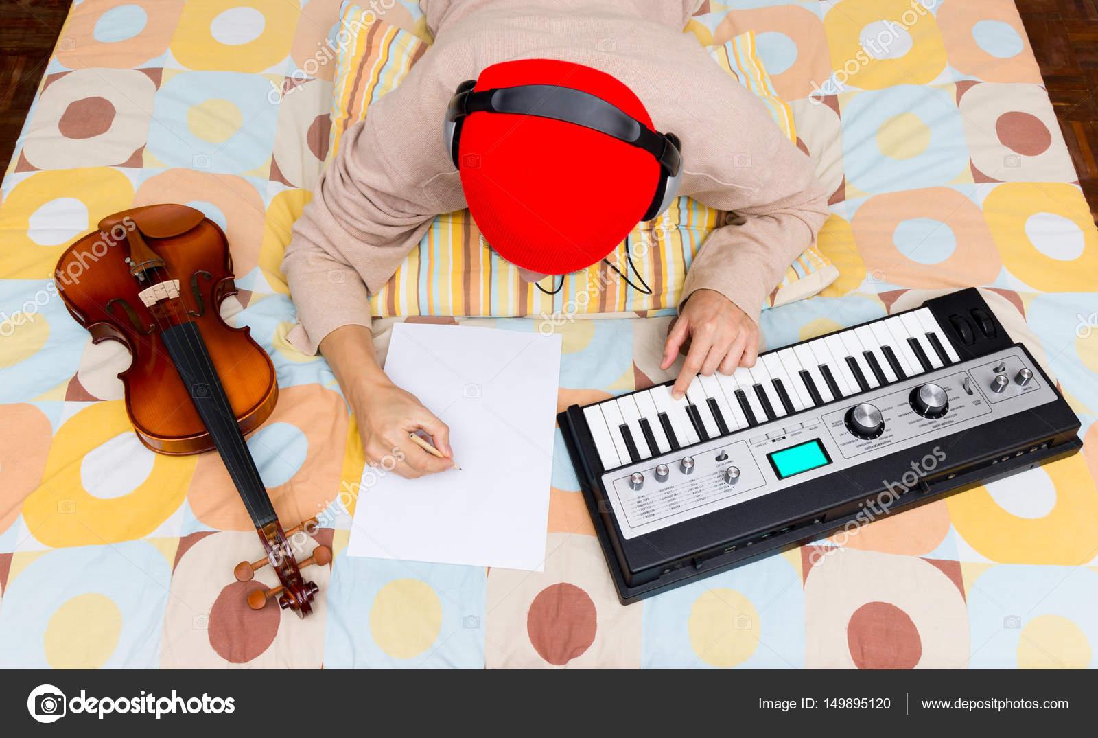 asiatischen männlichen Komponist, Musiker Song zu schreiben ...