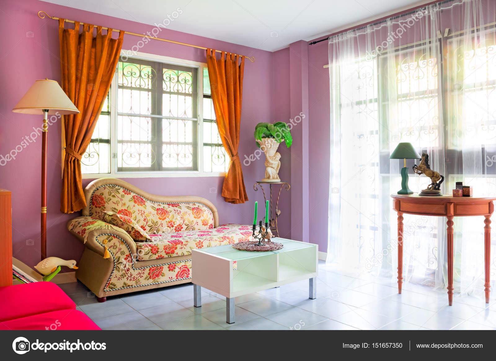 Paarse gezellige woonkamer moderne eigentijdse stijl interieur in