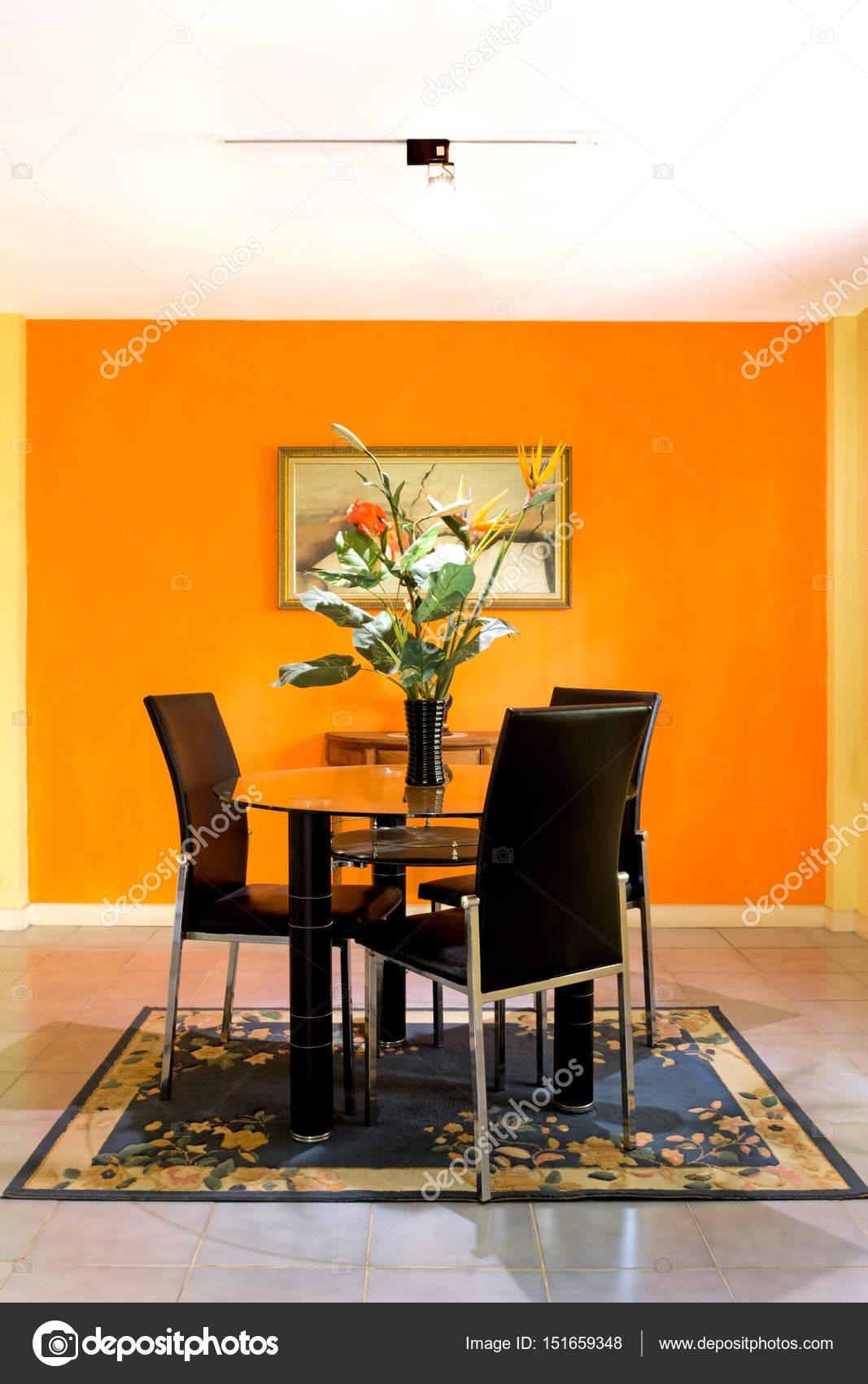 comedor sobre fondo de pared naranja — Fotos de Stock © princeoflove ...