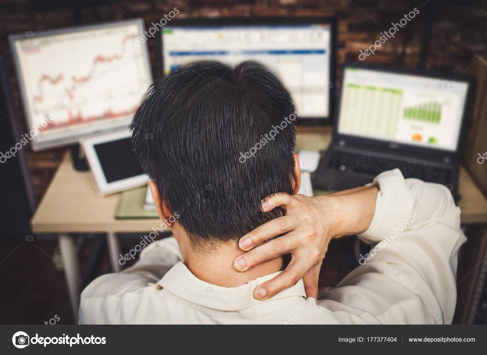 Ufficio Retro Hair : Retro del giovane business persone soffrono mal testa uomini