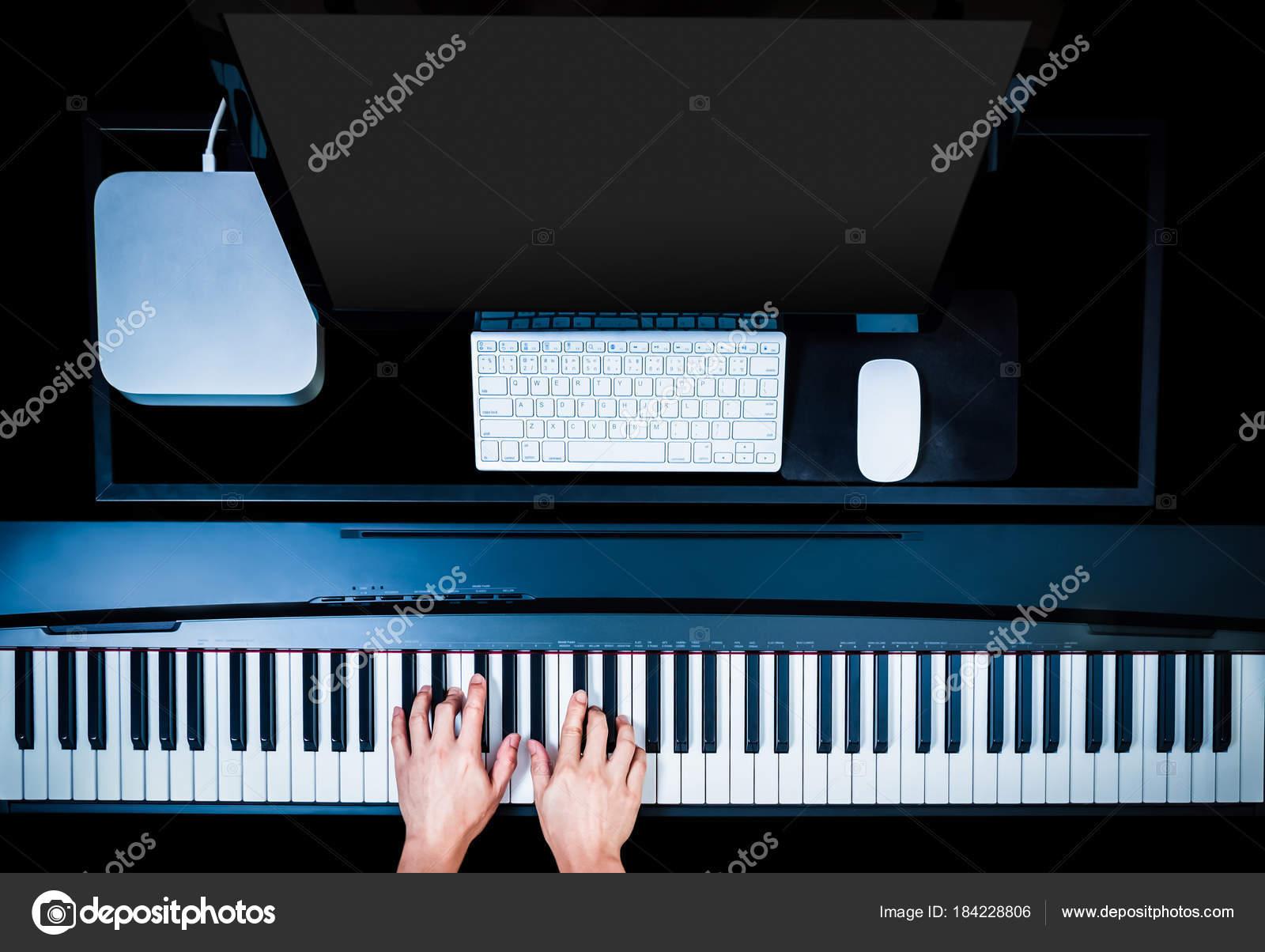 Mains m le musicien jouant piano pour enregistrement sur