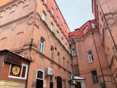 Vladivosztok, Oroszország, 2020. március 11. Vörös tégla házak alkotják az udvart az öreg rágó, Vladivosztok, Oroszország. Wingy kávézó