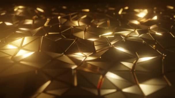 Abstraktní 3D vizualizace geometrického nízkopoly zlatého povrchu. Počítačová animační smyčka. Moderní pozadí s polygonálním zlatým tvarem. Loopable motion design 4k Uhd