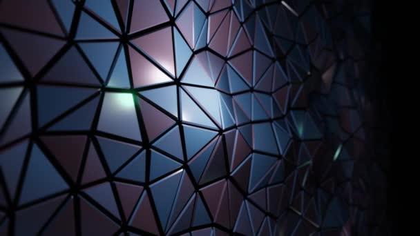 Abstraktní 3D vizualizace geometrického nízkopoly povrchu. Počítačová animační smyčka. Moderní zázemí s polygonálními stříbrnými kovovými tvary. Loopable motion design 4k Uhd