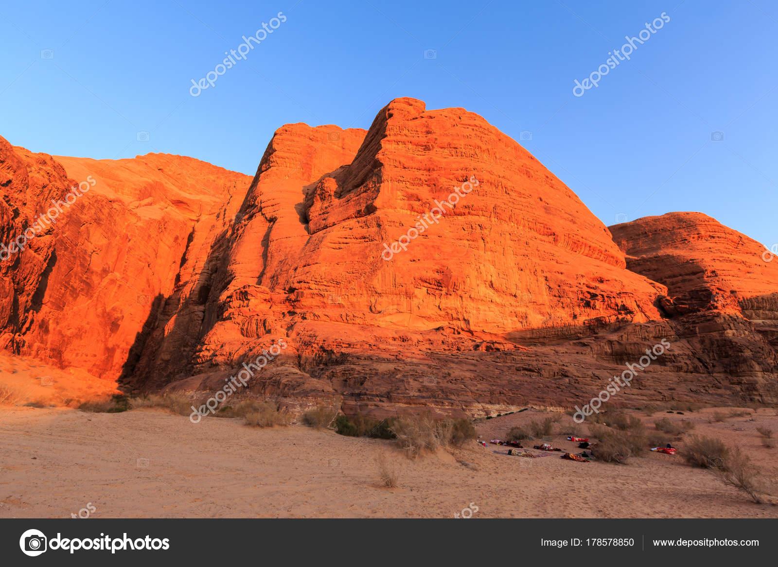 Slapen Op Grond : Buiten slapen op de grond met rode gekleurde rotsen in de wa