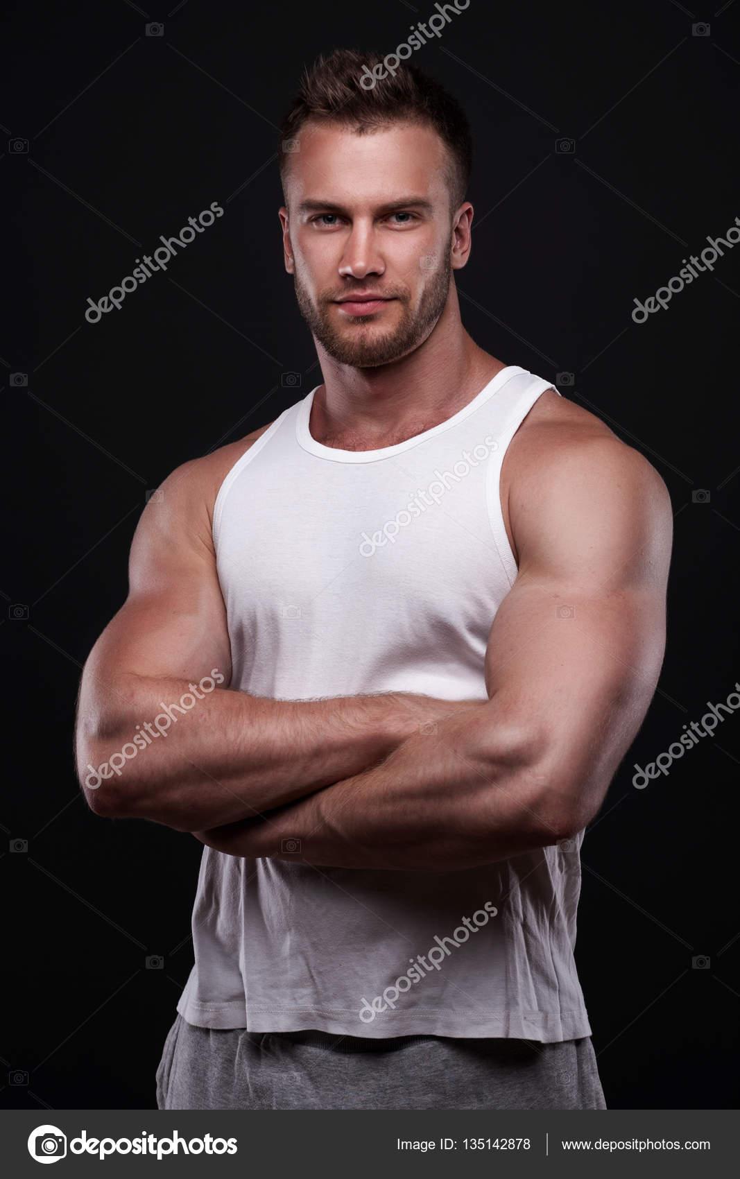 aebcf65eb0c432 Porträt von sportlicher Mann im weißen Unterhemd — Stockfoto ...