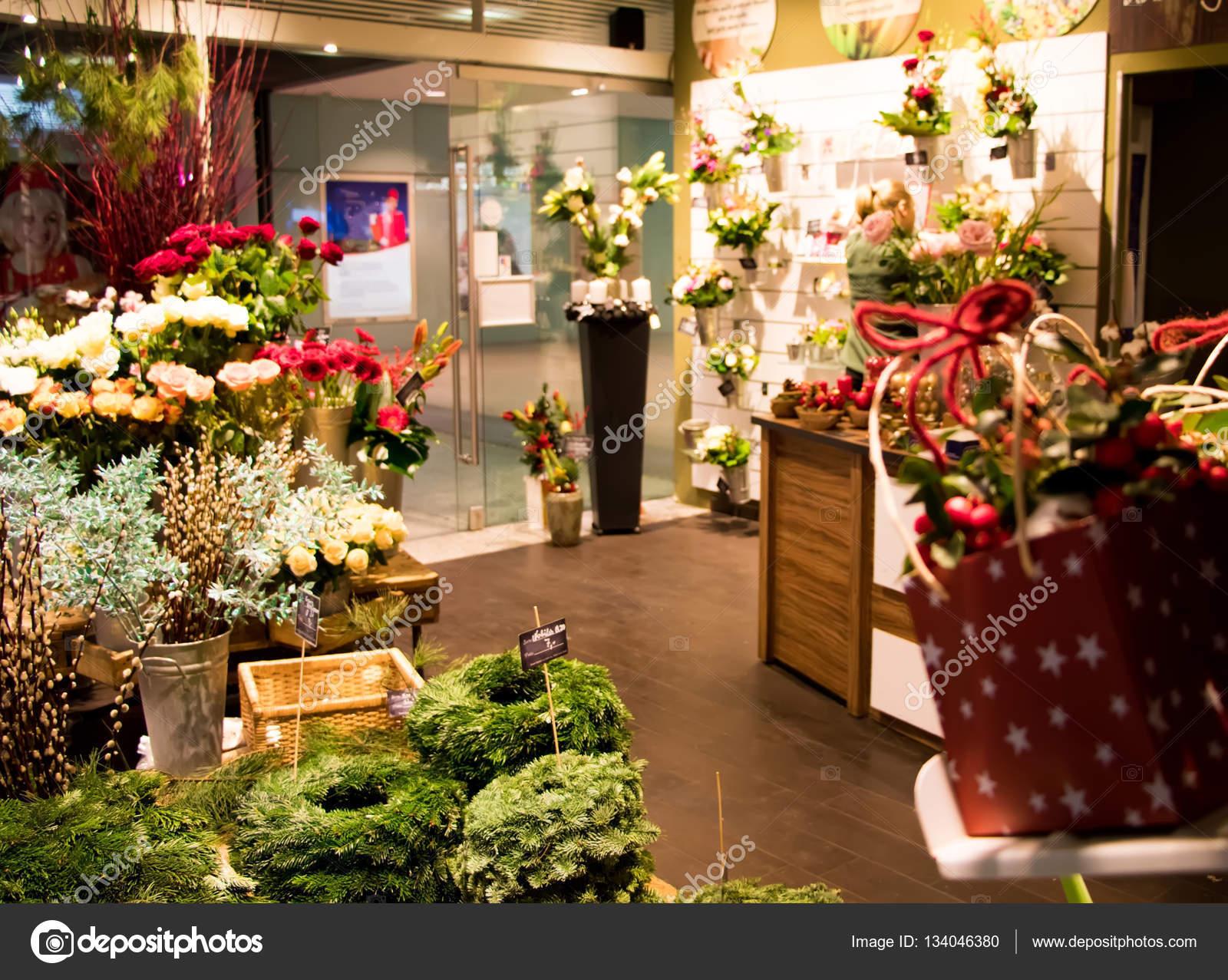 floreria pequea tienda venta decoracin navidad guirnaldas de abeto regalos y flores trabajo de floristera en un centro comercial preparado para las