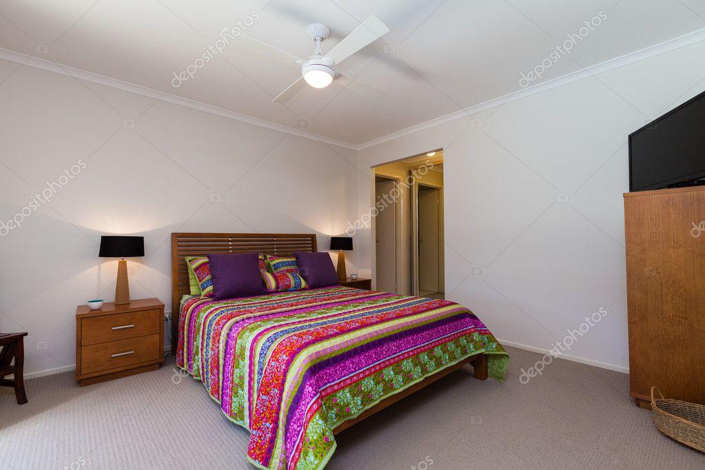 Camera da letto semplice in casa — Foto Stock © zstockphotos #124885042