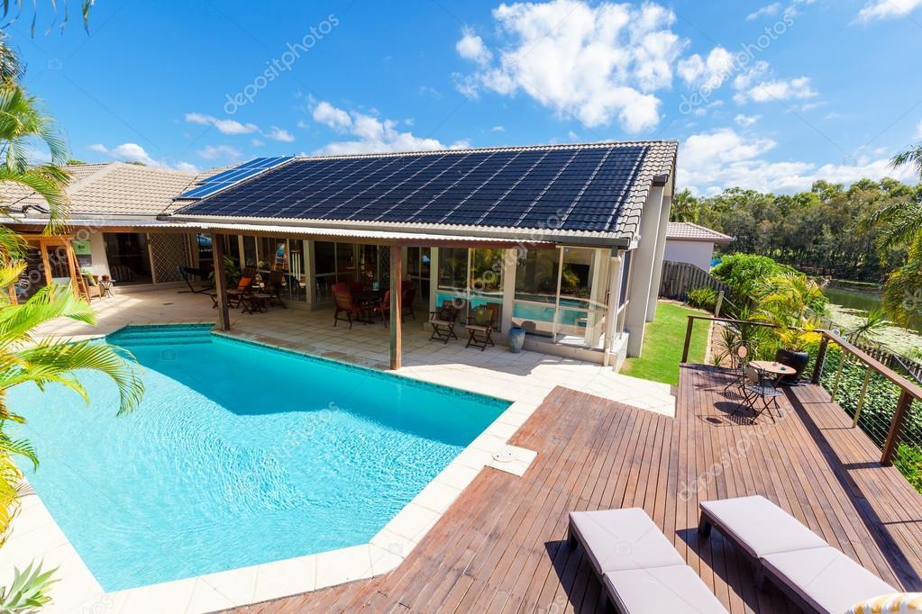 Garten mit Schwimmbad — Stockfoto © zstockphotos #124885760
