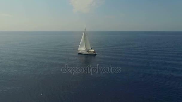 Elsöprő légi felvétel nagy vitorlás ki gyönyörű tengerpart