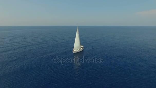 Nádherný Vzdušný záběr velké plachetnice z krásné pobřeží