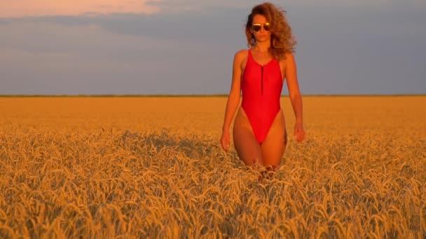 Mädchen auf einem Feld in einem roten Badeanzug. slowmo 120fps