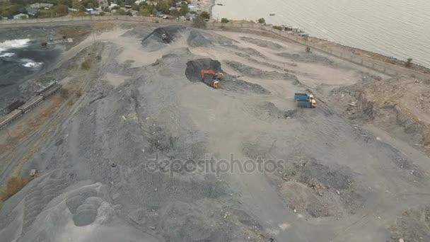Letecký pohled. Struska úložiště na pobřeží. Místo pro ukládání strusky. Velké strusky hory. Struska pit. Letecký snímek