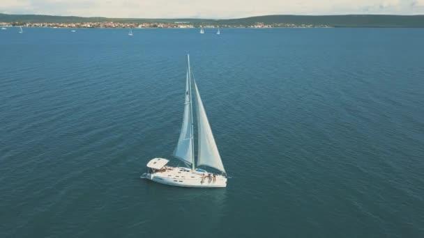 Letecký pohled na jachtu plachtění v blízkosti krásných ostrovů. Krásné mraky v pozadí. Luxusní jachta v moři.