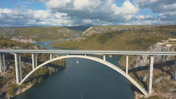 Letecké panorama pohled s mostem a moře kolem ostrovů. Krásná krajina s modrým mořem s mostem mezi. Autostrada most s přenosy přes řeku Krka ve slunečný den v Chorvatsku.