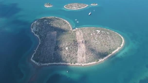Luftaufnahme der schönen herzförmigen Insel Galesnjak, auch Insel der Liebe genannt, in Pasman Kanal, Kroatien