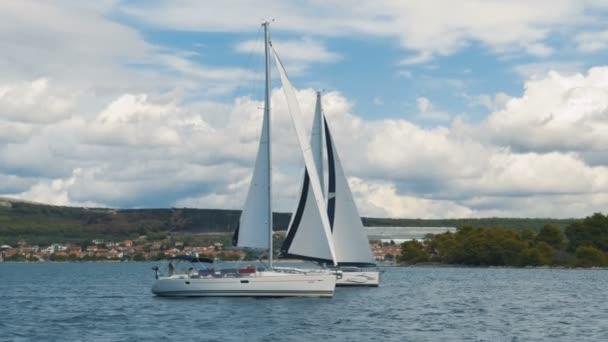 Vitorlázás. A hajó fehér vitorlák, a tengeren a jachtok. Luxus hajók. Csónak vitorlás regatta versenytársa.