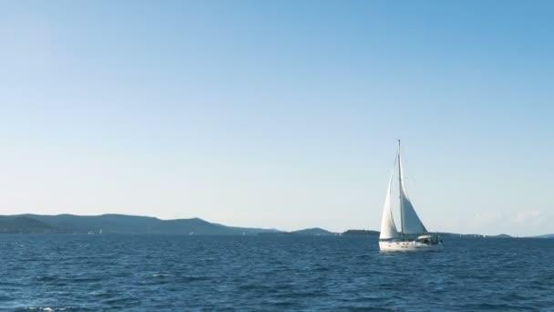 Plachtění. Loď jachty s bílými plachtami na moři. Luxusní lodě. Loď konkurent plachetnic.