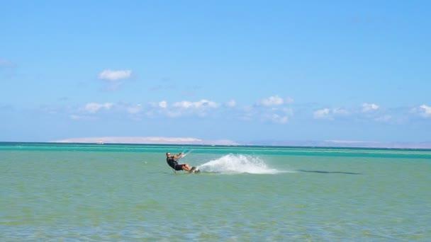Mladý muž Kite Surfing v oceánu extrémní letní sportovní hd, pomalý pohyb