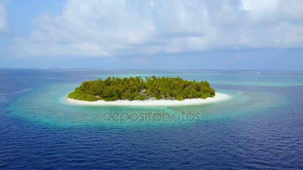 Ostrov v moři. Maledivy pláž s bílým pískem tropické ostrovy s DRONY letecké létající ptáci oko zobrazení s aqua modré mořské vody a slunečnou oblohou