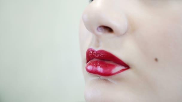 Zár-megjelöl-ból egy vonzó szépség lány csinál tele make-up. Nő alkalmazása vörös ajak
