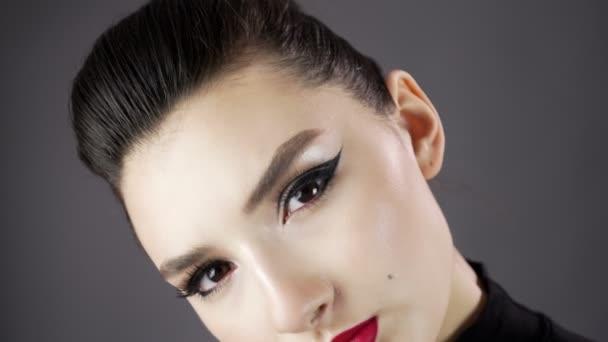 Augen eines schönen sexy Mädchens. Model posiert auf dunklem Hintergrund für ein Fotoshooting im Studio. ausdrucksstarkes und stilvolles Make-up. Nahaufnahme. Langsames Wachstum