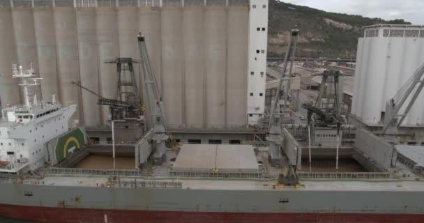 Aeial nézet. Gabonát rakodni egy hajóra. Kikötőt. Teherhajó.