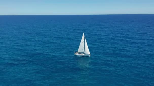 Letecký pohled. Plachetní jachty s bílými plachtami na otevřeném moři.