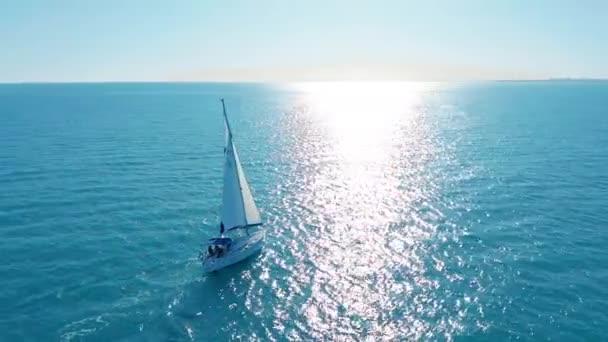 Letecký pohled. Jachta plující na otevřeném moři. Plachetnice. Jachting video záběry. Jachta shora. Pohled na plachetnici od dronu.