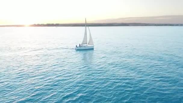 Légi felvétel. A jacht nyílt tengeren vitorlázik. Vitorlás hajó. Videofelvétel a jachtról. Yacht felülről. Vitorlás kilátás a drónról.