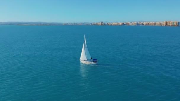 Letecký pohled. Jachta plující na otevřeném moři. Plachetnice. Jachta shora. Jachting ve větrný den.