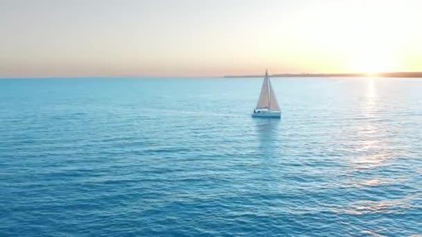 Letecký pohled. Tradiční jachta plující přes moře.