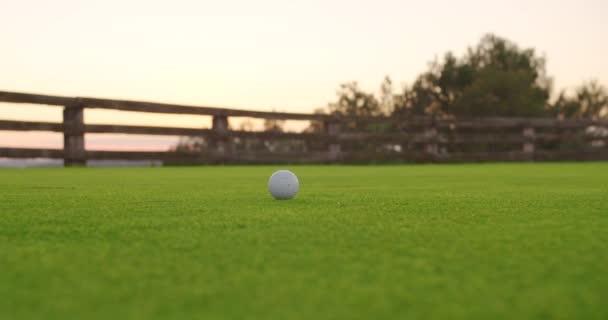 Hru na golf. Slopppy hit na míček, trávník je zničený.