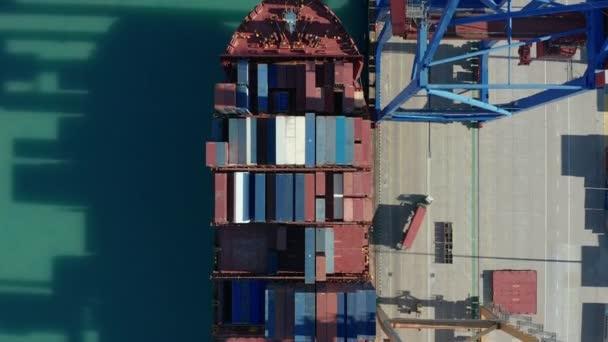 Légi felvétel. Konténerhajók be- és kirakodása a mélytengeri kikötőben.