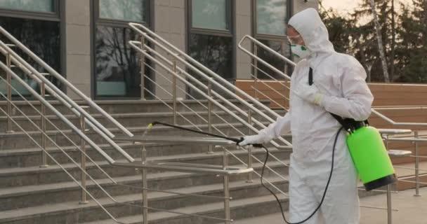 Chemische Desinfektion an der Oberfläche gegen Coronavirus. Hygienemaßnahmen im öffentlichen Raum während der Quarantäne.