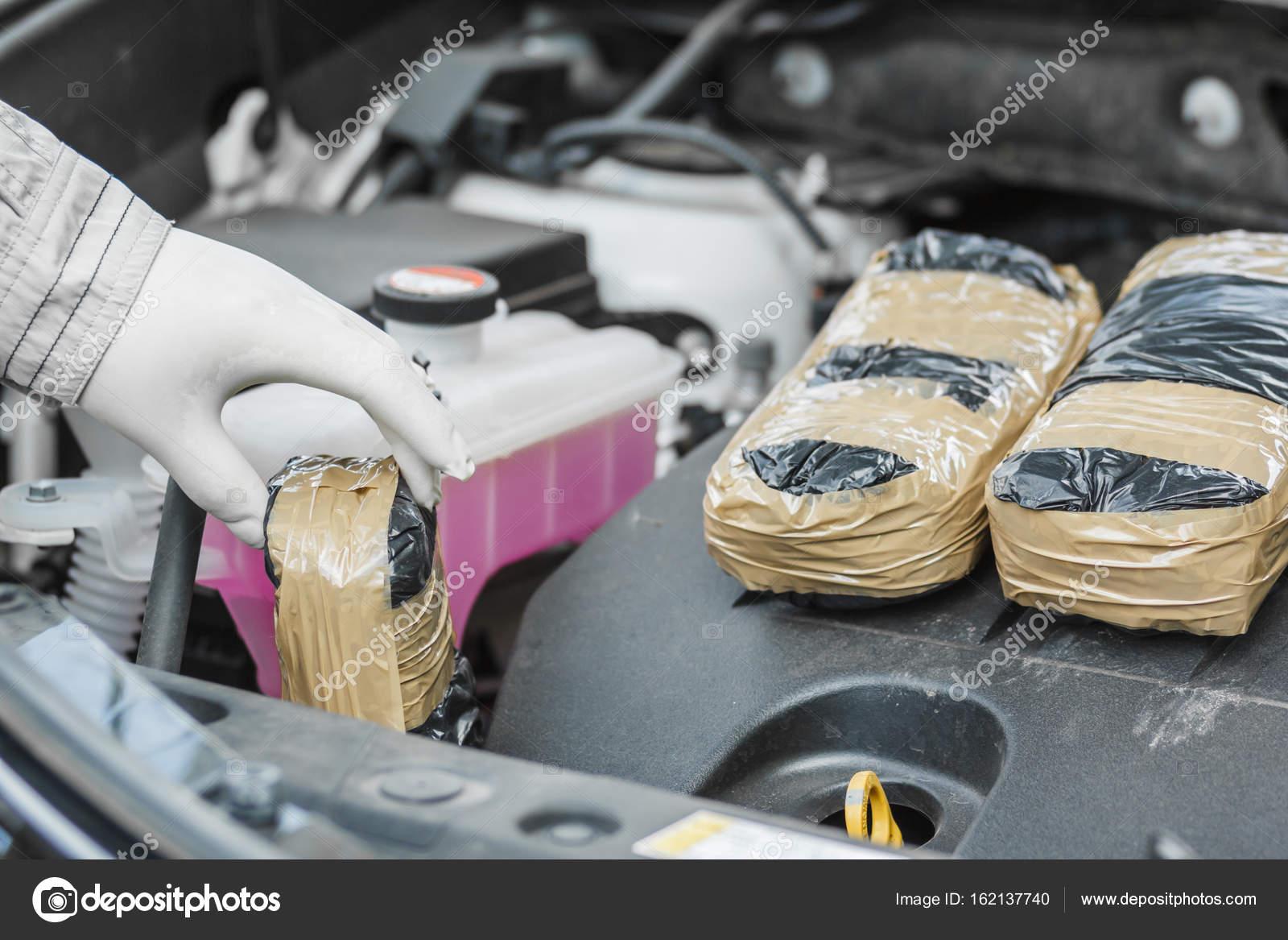 Der Polizist hält ein Paket von Drogen im Auto gefunden — Stockfoto ...