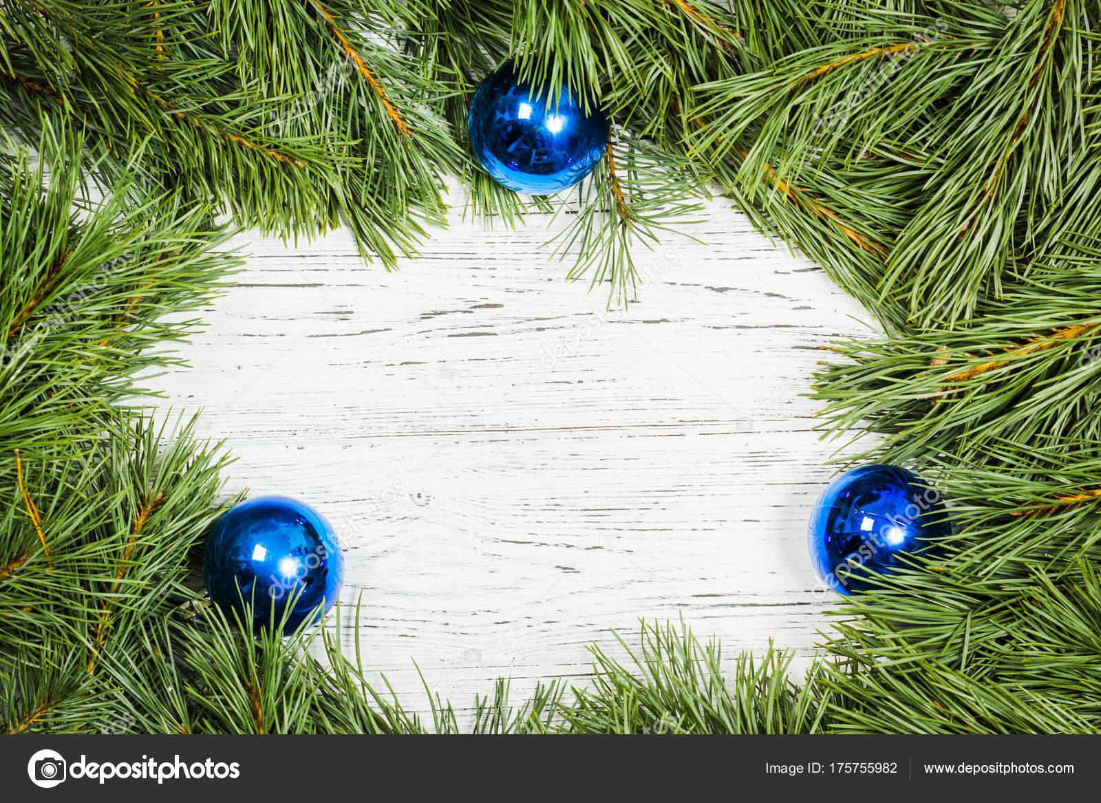 Marco de ramas de abeto con adornos navideños en madera vieja de t ...
