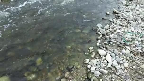 Sziklás part, folyók. Gyors jelenlegi.