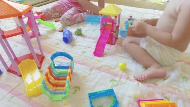 Děti si hrají s hračkami