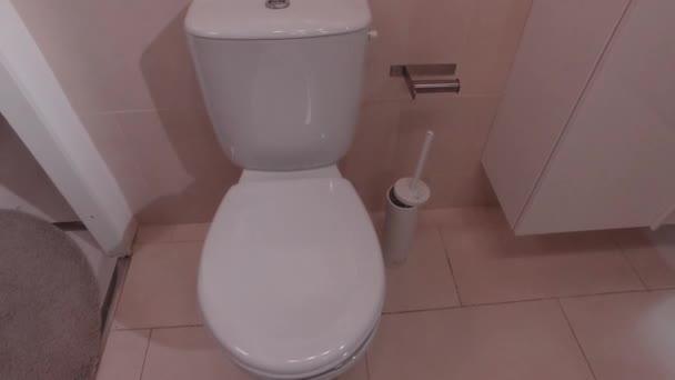 Police na toaletě