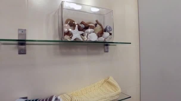 Dekorative Aquarium auf dem Regal im Badezimmer.